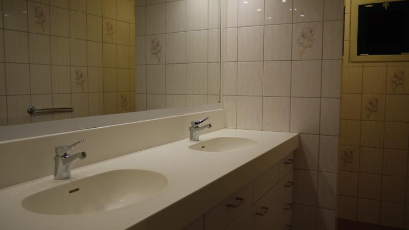 Alle 4 slaapkamers beschikken over een dubbele wastafel, douche en toilet.