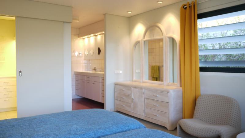 De hoofdslaapkamer met kleedruimte en badkamer.
