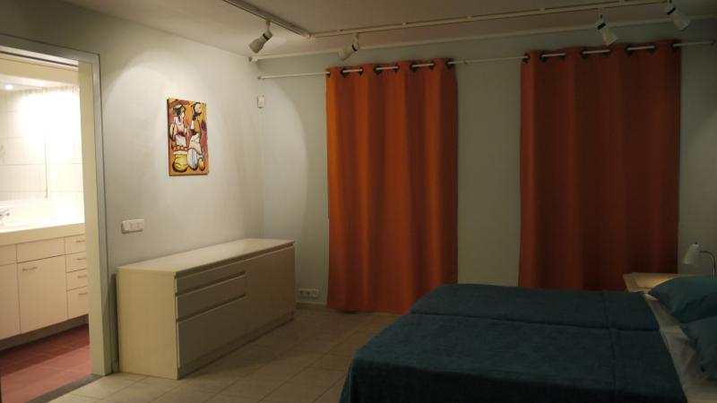 Todas las habitaciones tienen un ambiente cálido y están bellamente iluminadas en la noche.