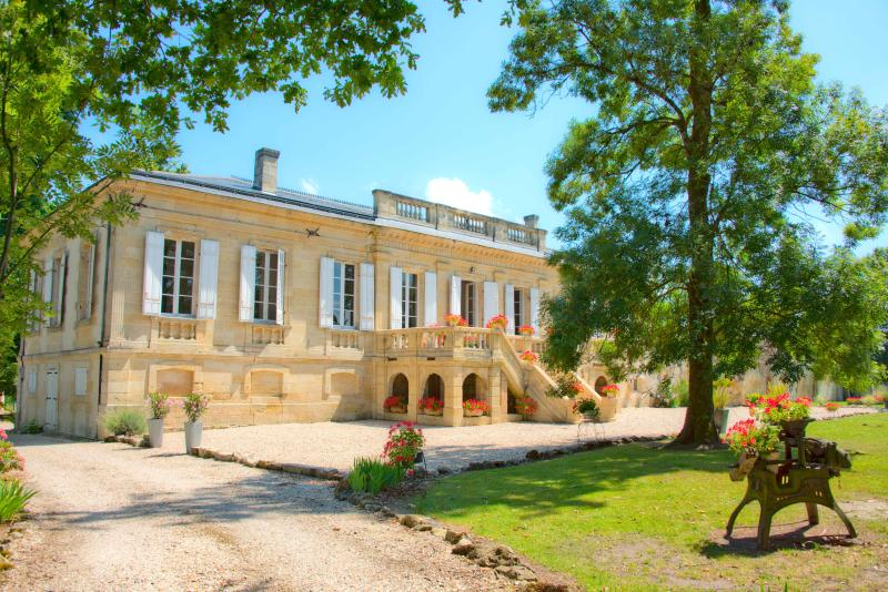 Home Holiday Rental, Blaye, Bordeaux,St. Emillion, Medoc. Luxury Chateau
