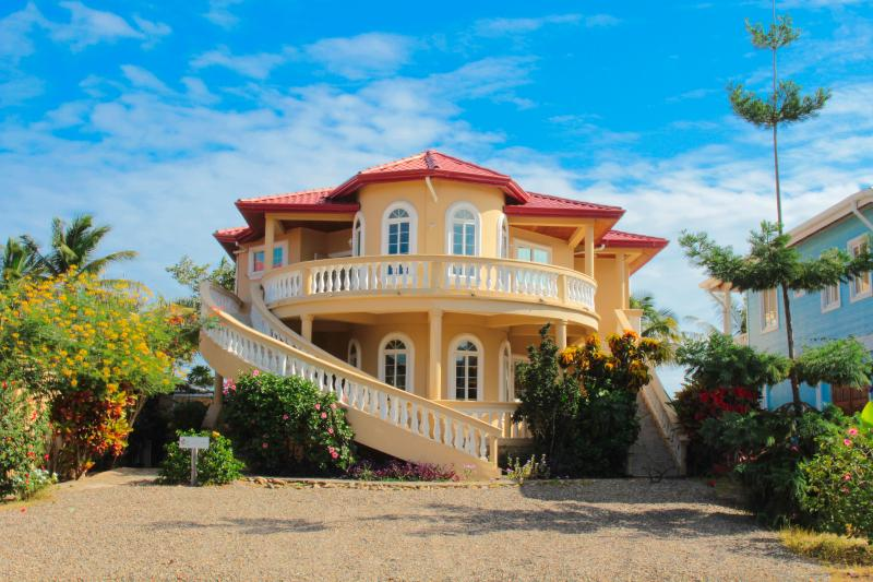 Gold Standard Certified Ocean Front Luxury Beach House - sleep UP TO 12, vakantiewoning in Hopkins