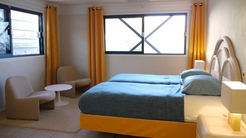 Slaapkamer 1 met zicht op de tuin en de zee.