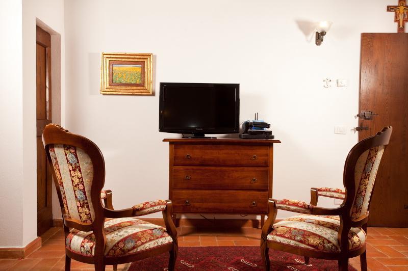 TV y 2 sillones estilo Toscana