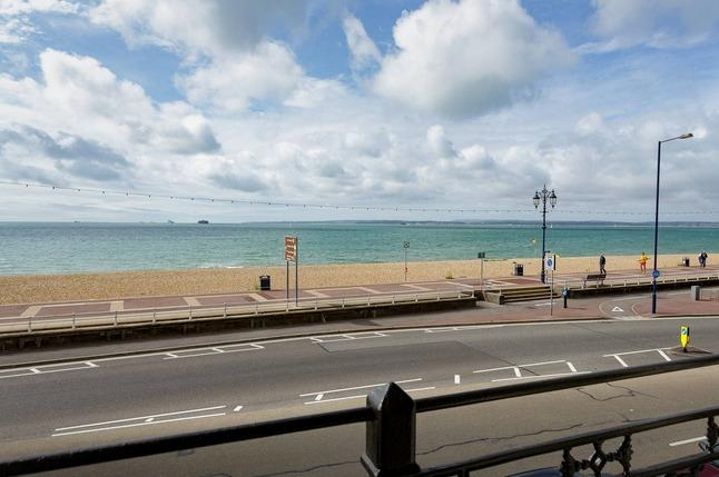 Beachfront Flat with Seaviews and Balcony, holiday rental in Portsmouth