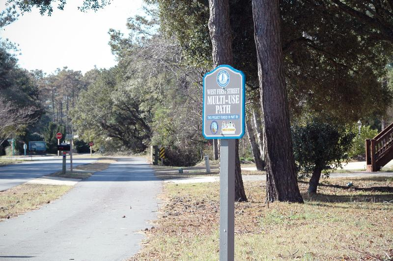 Perfect for cycling, walking and running! The paths outside the condo lead behind the Memorial