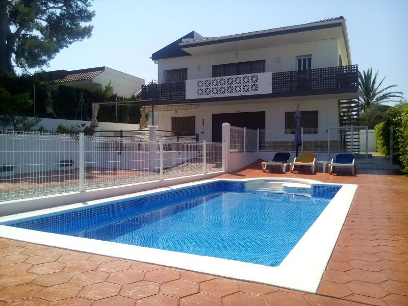 Villa Rosita 5BR with AC +  Privat Pool + 200 M to the beach ( With 2 KITCHEN), location de vacances à Tortosa