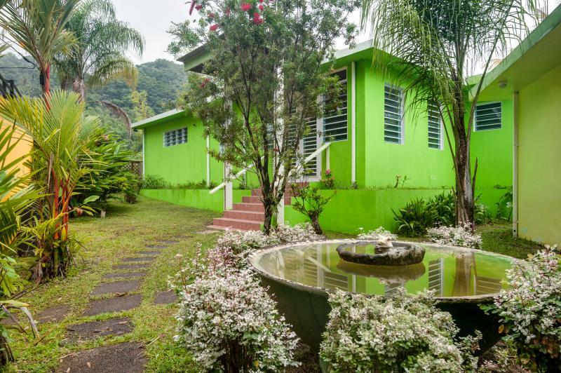 3 camere da letto ciascuna con bagno privato, terrazza con una splendida vista di El Yunque foresta pluviale.