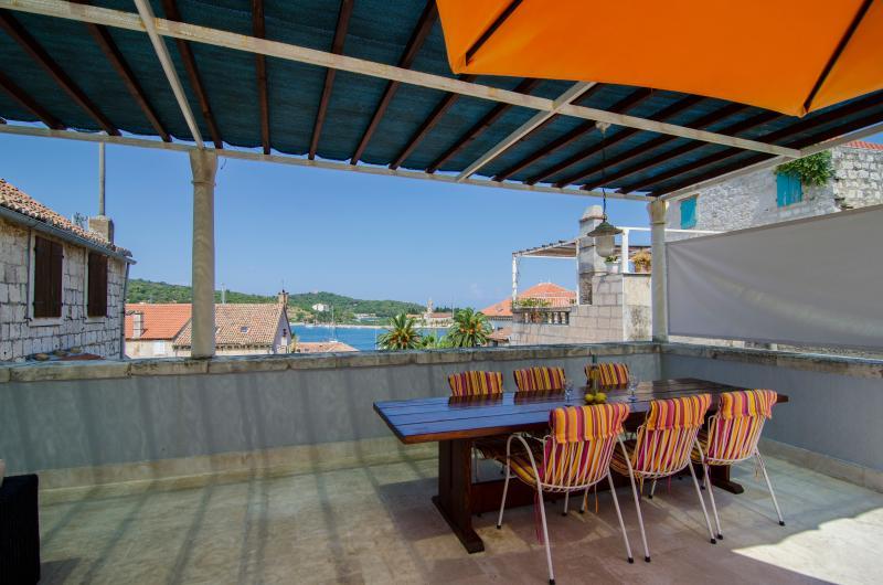 Mesa de comedor para 10 en la terraza. Vista fantástica.