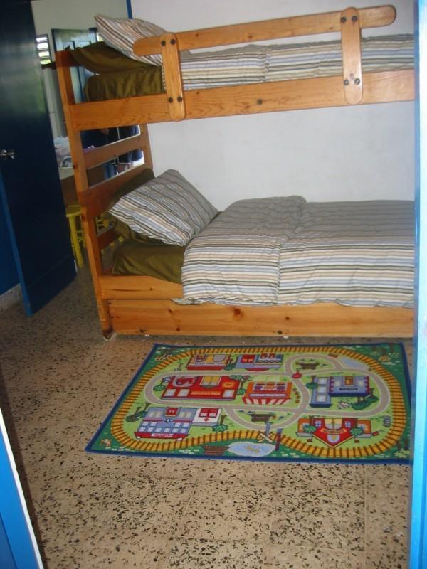 Deuxième chambre avec lits superposés, sortir du lit et salle de bain privée.