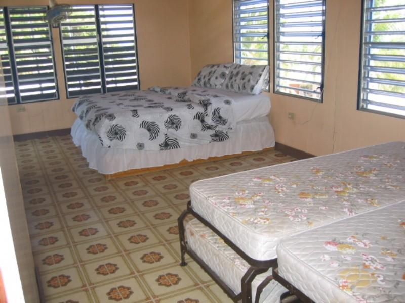 Troisième chambre 1er étage accédé par un escalier extérieur, également avec sa propre salle de bain.