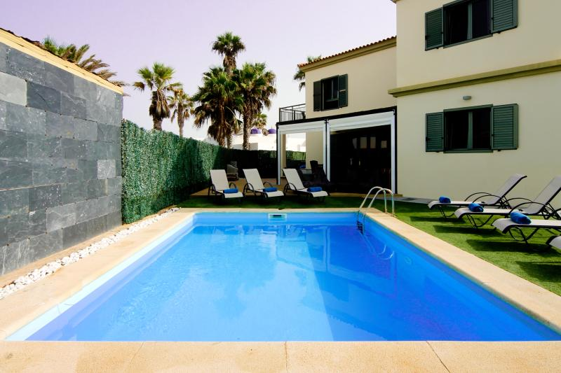 Seaview villa - 5 bedrooms, pool, 2 mins to beach, holiday rental in Corralejo