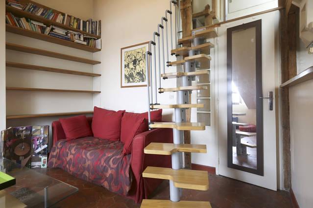 Gemütliches Wohnzimmer mit Treppe Fall Schlafzimmer in das Zwischengeschoss Zugriff auf