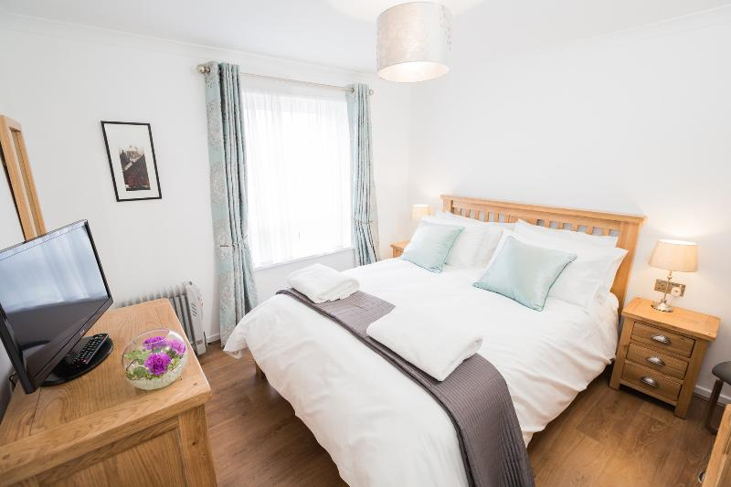 Bedroom with king-sized bed, Egyptian cotton bedding and soft white towels