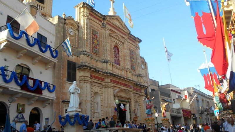 Iglesia de la parroquia fuera decoraciones durante día de fiesta