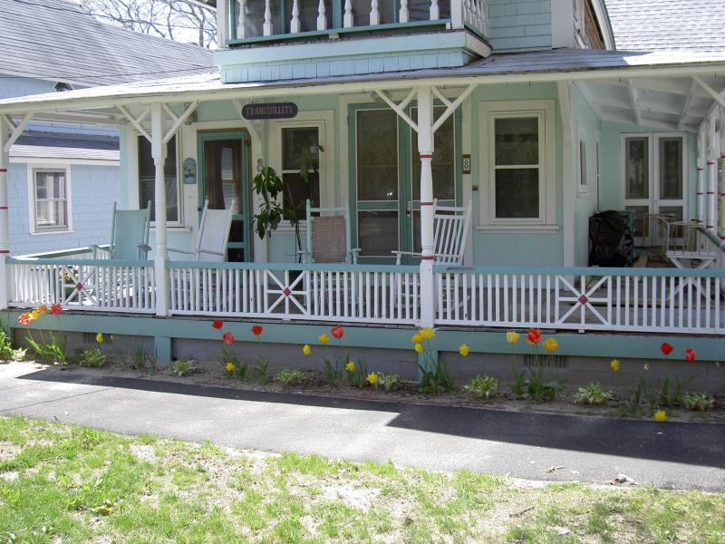 Side porch also