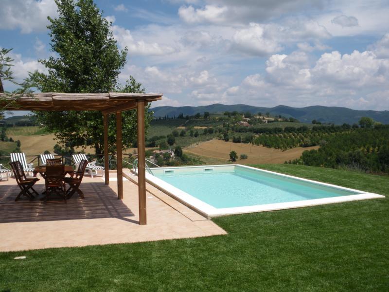Portico di fronte alla piscina con vista sulle splendide colline umbre