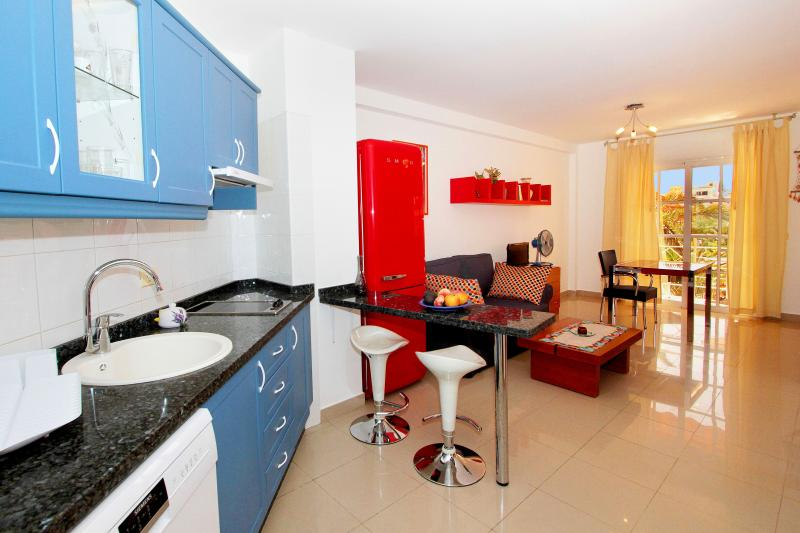 Modern and centric studio with King size bed, wifi, balcony, aluguéis de temporada em La Gomera