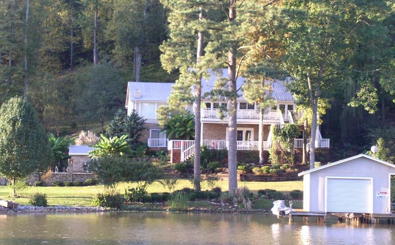 lake Guntersville LuxuryLake front with Swiming po, holiday rental in Guntersville