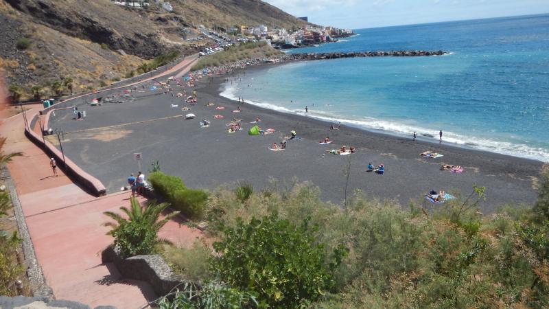 Andando otros 10 minutos se llega a la Playa de La Nea de arena volcanica