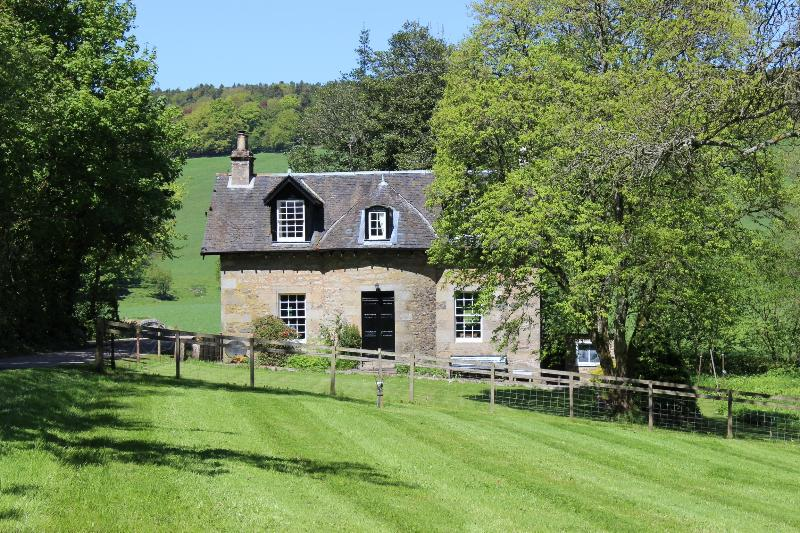 Garden Cottage, Nr St Andrews. Now with private open air yoga & Pilates sessions, holiday rental in Letham