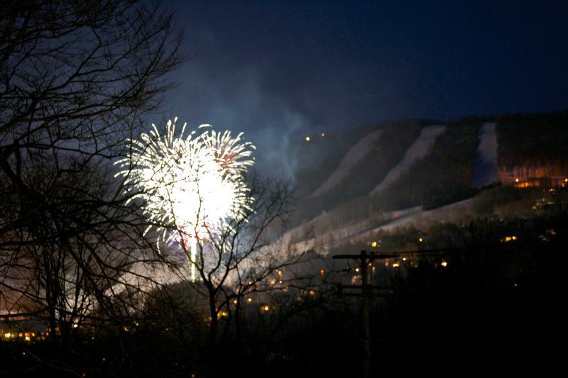 Fuegos artificiales de invierno en Windham montaña visión desde el apartamento