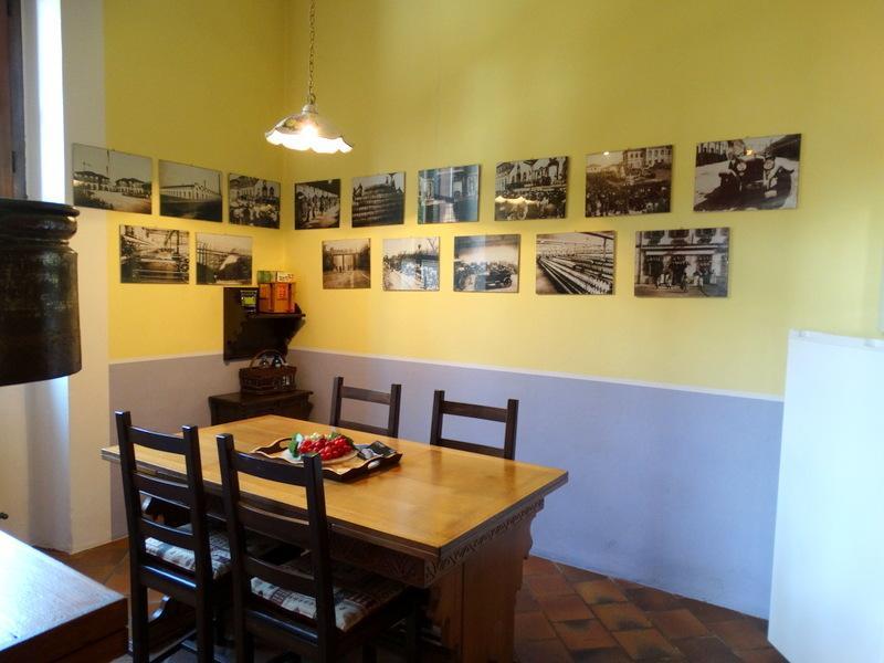 zona pranzo con foto d'epoca