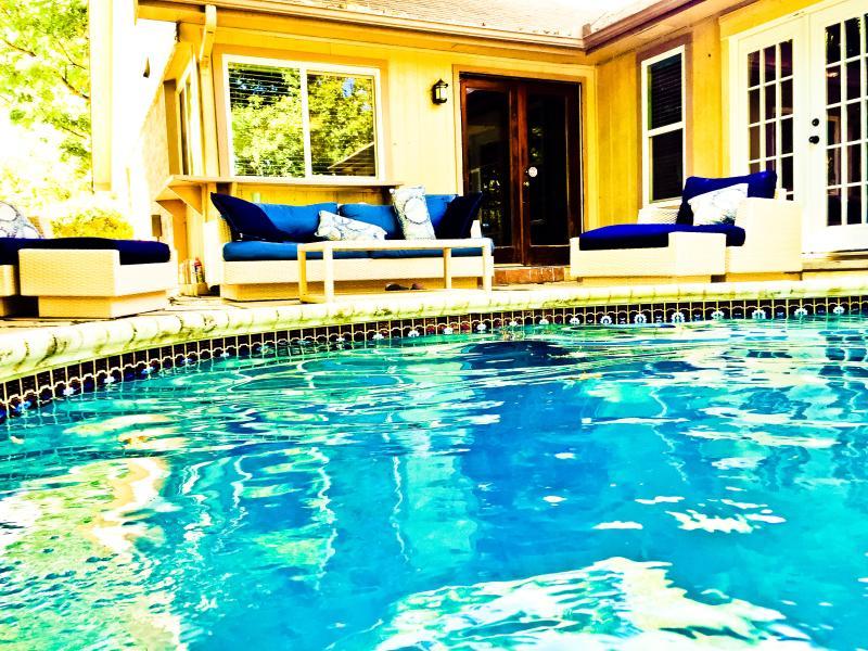 Casa avvolge rinfrescante piscina e vasca idromassaggio con patio messicano pietra e soffici divani all'aperto