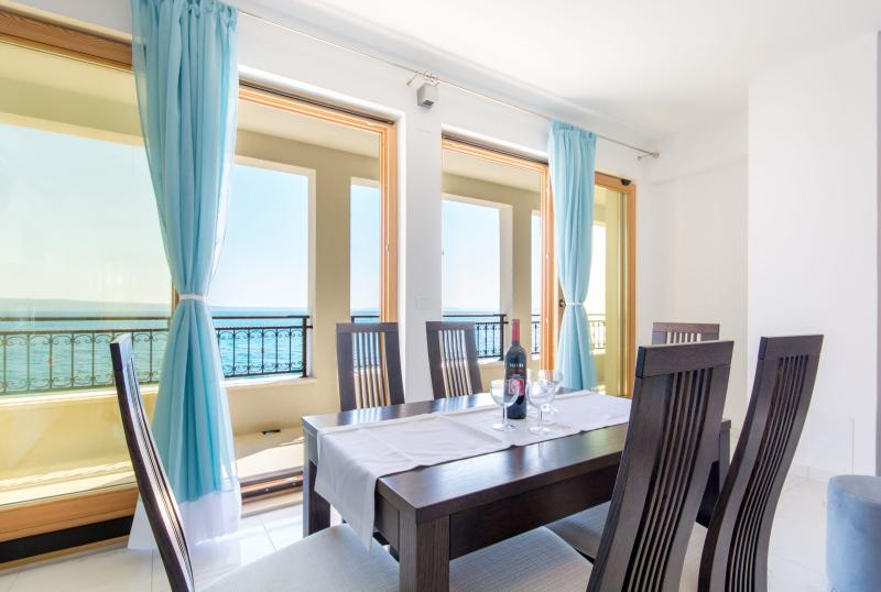 NEW! APARTMENTS LEA ON THE BEACH (3-AP deluxe), vacation rental in Podstrana