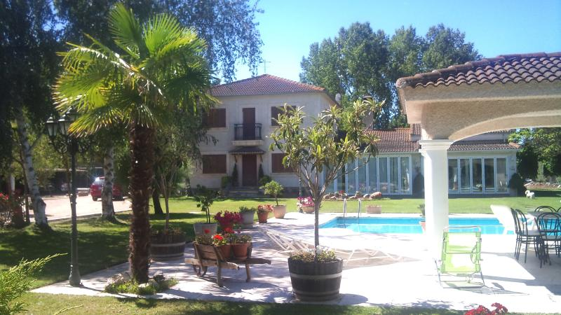 Casa de campo en parcela 5000m.jardin y piscina, vacation rental in Province of Salamanca