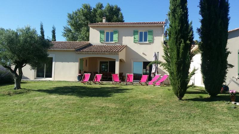 Maison provençale 12 personnes Très comfortable Grand jardin  Piscine chauffée, holiday rental in Cornillon