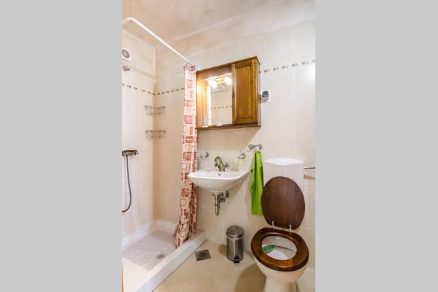 Il bagno pratico con doccia, al piano di sotto.