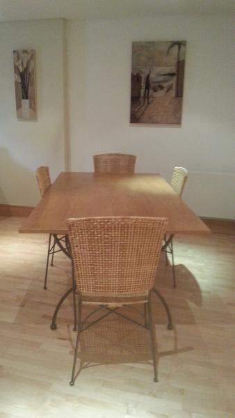 Dining table seats 4 to 6 people