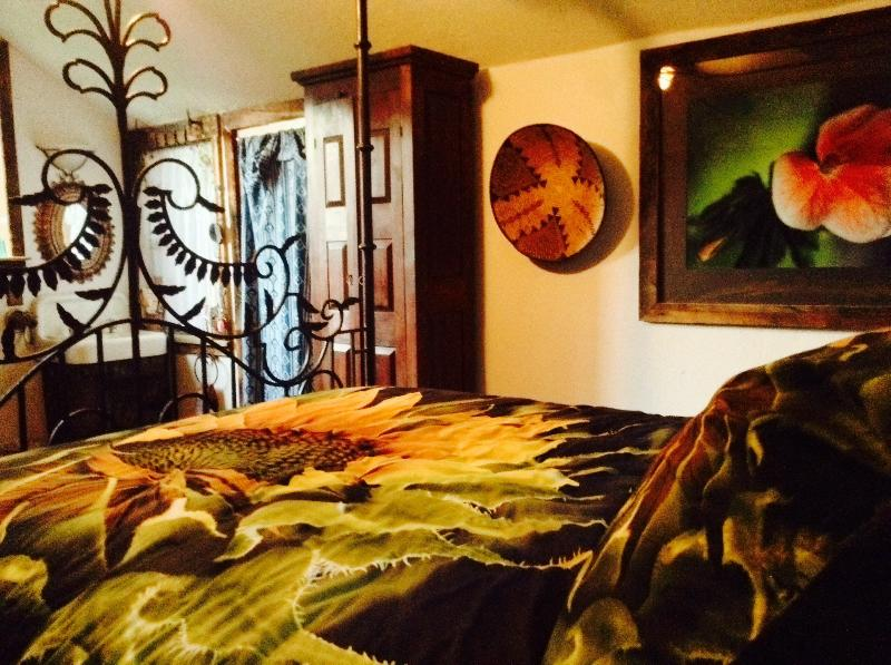Cozy Cabin with a Hot Tub at Behr Farm and Art Gallery, vacation rental in Glenwood