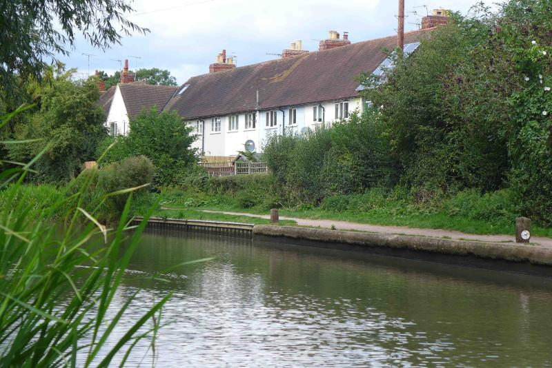 Moorhen Cottage in centre of Stratford upon Avon on canalside (Blue one in Row)