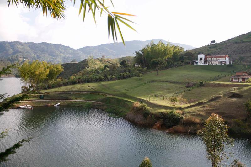 bel endroit sur les rives du réservoir Guatapé