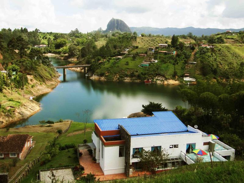 large vue sur le réservoir et la pierre Peñol et Guatapé