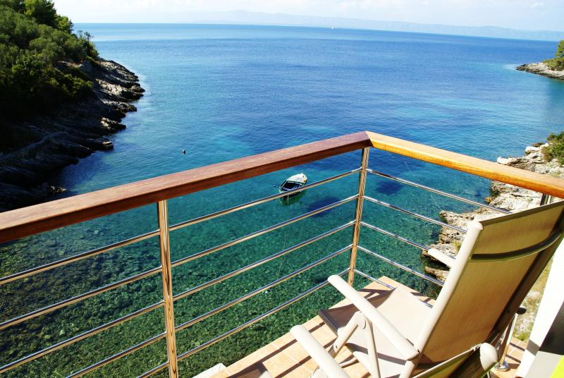 Isolated beach house 6 meters from the sea, holiday rental in Blato