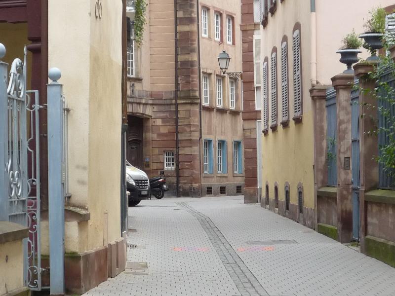 Votre rue piétonne et, au fond, votre gîte