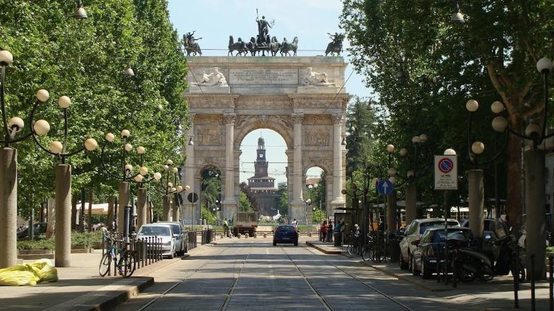 Arco della Pace e sullo sfondo Castello Sforzesco