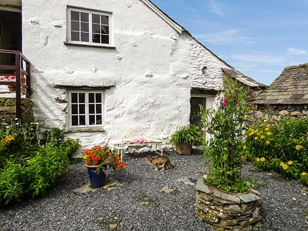 THE SHIPPEN, semi-detached cottage with woodburner, king-size bed and enclosed, holiday rental in Bouth