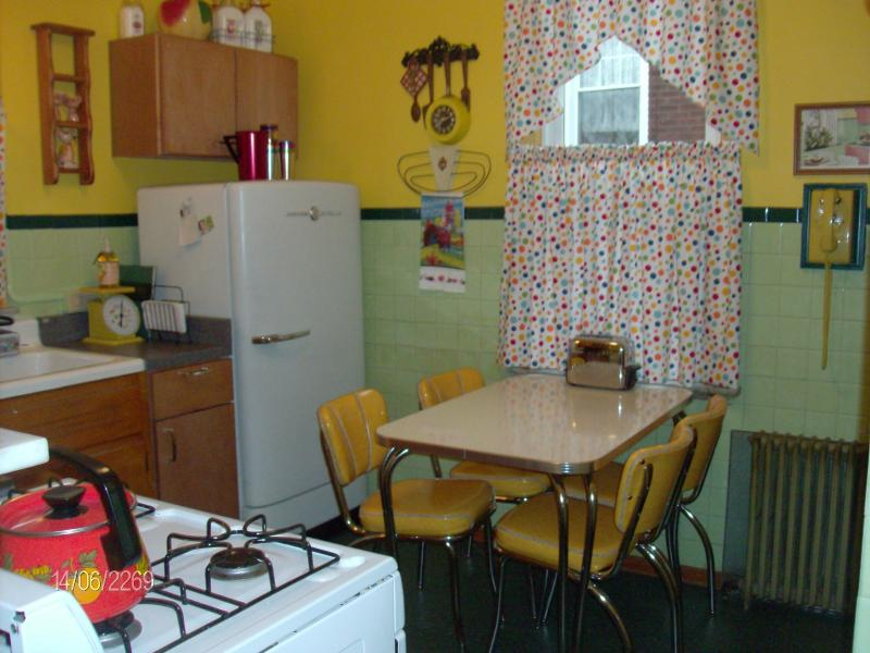 Nifty 1950s kitchen to percolate a pot of fresh coffee!