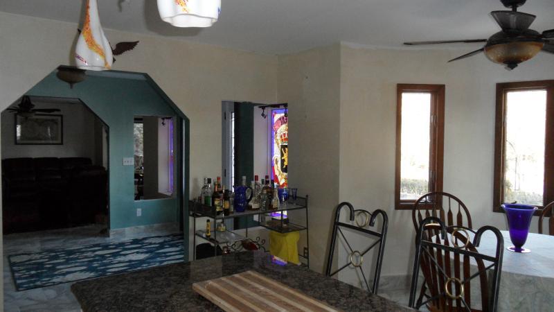 vue depuis la cuisine dans le hall d'entrée et den