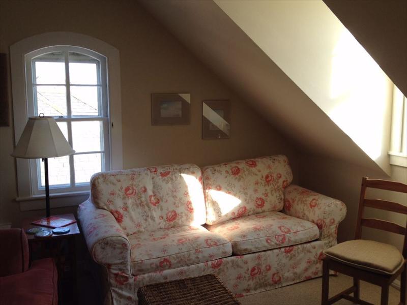 Bekvämt vardagsrum med havsutsikt från Dormered Window