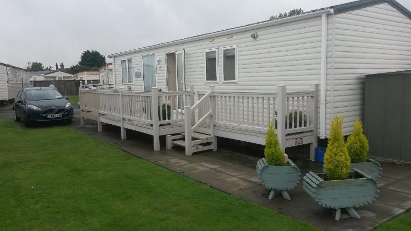 The ample outside space to the side of the caravan.