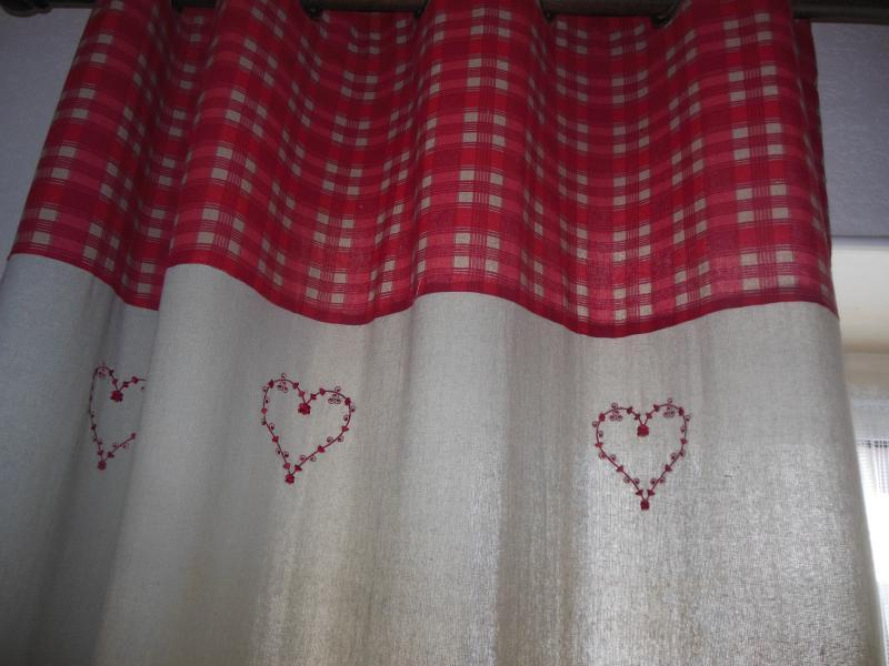 les rideaux en lain avec borderies rouge