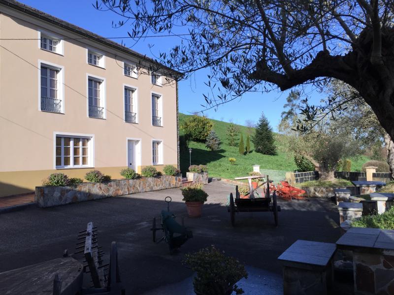 Apartamento 2, en finca de 45.000 m. con piscina, holiday rental in El Franco Municipality
