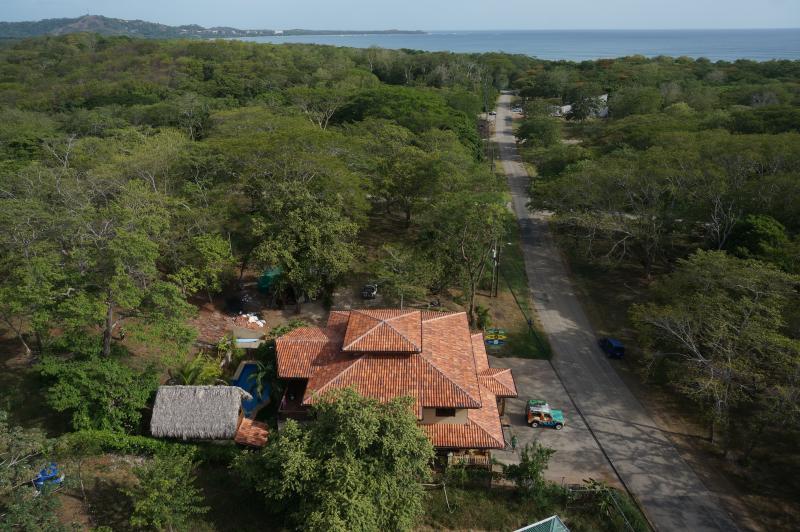Vista desde lejos por encima de los Frijoles Locos apartamentos... se puede ver el océano 700 metros por la carretera!!!!