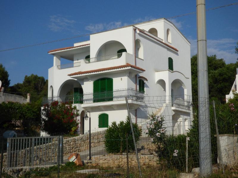 Piano terra in villa coste Salento 85 mt dal mare!, casa vacanza a Porto Tricase