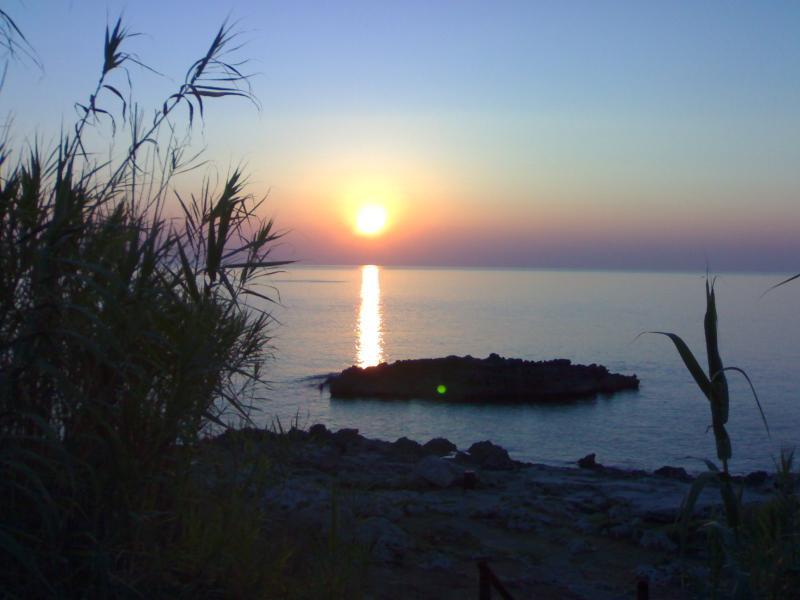 Secondo piano in villa ad 85 mt. dal mare!, casa vacanza a Porto Tricase