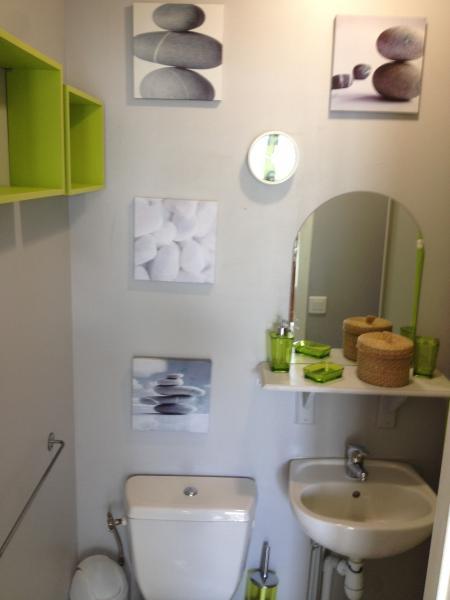 Salle d'eau avec WC et rangements